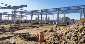 widok na konstrukcję w trakcie montażu i budynek biurowy w budowie - hala o powierzchni 6.000 m2, dla inwestora zagranicznego, Jastrowo, woj. wielkopolskie