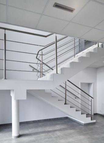 schody w części biurowej - hala produkcyjno-magazynowa, z nowoczesnym biurowcem, zaprojektowana i wybudowana dla Kentaur Production, przez CoBouw Polska, w KSSSE, w Łobzie, woj. zachodniopomorskie