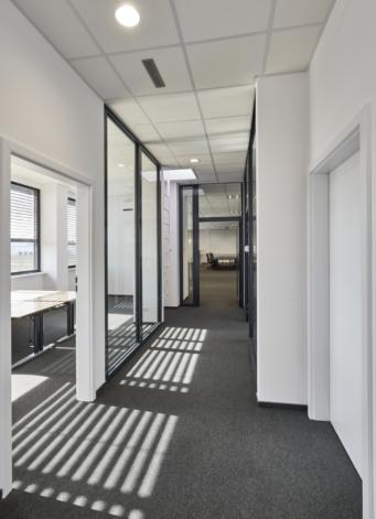 korytarz między pomieszczeniami biurowymi - zakłąd produkcji odzieży roboczej, wybudowany w systemie pod klucz, przez CoBouw Polska, dla Kentaur Production, z Łobza, w woj. zachodniopomorskim