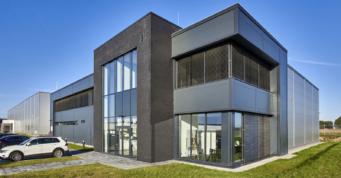 klinkierowy portal części biurowej obiektu - hala produkcyjno-magazynowa z częścią socjalno-biurową, dla Kentaur production, inwestycje w Kostrzyńsko-Słubickiej Strefie Ekonomicznej, Łobez, woj. zachodniopomorskie