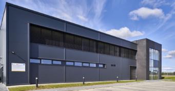 elewacja części socjalno-biurowej zakładu produkcji odzieży - hala wybudowana pod klucz, przez firmę CoBouw, dla Kentaur Production, duńskiego inwestora, w Łobzie, w woj. zachodniopomorskim