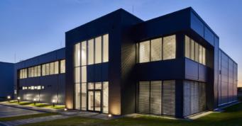 nowoczesny biurowiec z elewacją klinkierową - hala produkcyjno-magazynowa z częścią socjalno-biurową, zaprojektowana i wybudowana przez CoBouw Polska, w Łobzie, woj. zachodniopomorskie