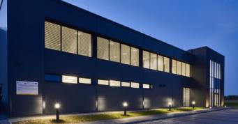 zbliżenie na część socjalno-biurową, widok nocny - stalowa hala, dla Kentaur Production, powierzchnia około 7.000 m2, budowa CoBouw Polska, w Łobzie, w woj. zachodniopomorskim