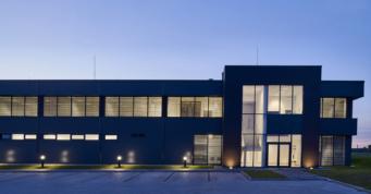 budynek biurowy Kentaur o zmierzchu - inwestycja wybudowana przez CoBouw Polska, dla Kentaur Production, z branży odzieży specjalistycznej, w Łobzie w woj. zachodniopomorskim