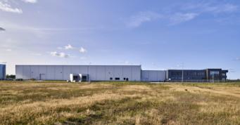 inwestycja widziana z oddali - zakład produkcji odzieży roboczej, wybudowany przez CoBouw Polska, w Łobzie, w woj. zachodniopomorskim, dla Kentaur Production