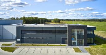 widok z oddali na część socjalno-biurową inwestycji - budowa dla zagranicznego inwestora, firmy Kentaur Production, w Łobzie, w woj. zachodniopomorskim