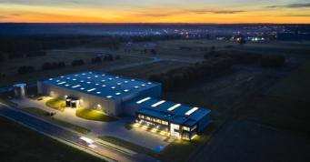 nocny widok z lotu ptaka - hala produkcyjno-magayznowa z biurowcem, wybudowana pod klucz, przez CoBouw Polska, w Kostrzyńsko-Słubickiej Specjalnej Strefie Ekonomicznej, dla Kentaur Production