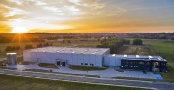 hala Kentaur o zachodzie słońca - nowoczeny obiekt przemysłowy, z budynkiem biurowym, dla firmy Kentaur Production, wybudowany pod klucz, w Łobzie, w woj. zachodniopomorskim