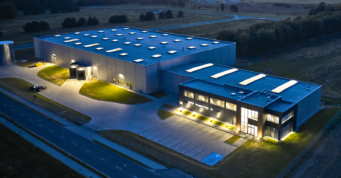 widok z góry na oświetloną inwestycję - zakład produkcyjno-magazynowy, dla Kentaur Production, zaprojektowany i zrealizowany w systemei generalnego wykonawstwa, przez CoBouw Polska, na terenie KSSSE, w Łobzie