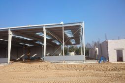 przygotowanie do montażu paneli elewacyjnych - hala produkcyjno-magazynowa z budynkiem biurowym, dla Lidermax, Łukowo