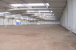 wnętrze hali podczas budowy - hala produkcyjna z budynkiem biurowym, dla Meblomaster, Węgrów, woj. mazowieckie