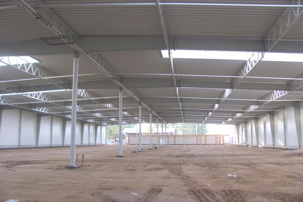 wnętrze hali podczas budowy 2 - hala produkcyjna z budynkiem biurowym, dla Meblomaster, Węgrów, woj. mazowieckie