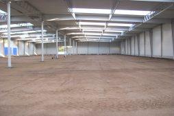 wnętrze hali podczas budowy 1 - hala produkcyjna z budynkiem biurowym, dla Meblomaster, Węgrów, woj. mazowieckie