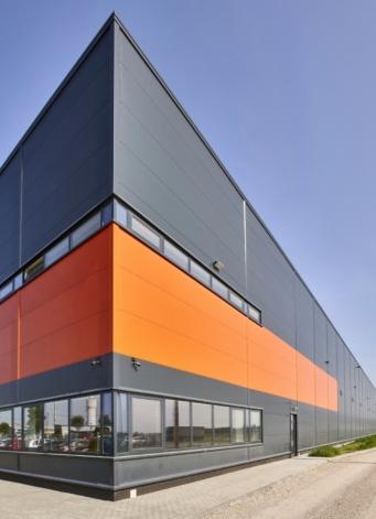 część socjalno-biurowa widziana z zewnątrz - hala dla Mardom Pro, inwestycja zaprojektowana i zrealizowana przez CoBouw Polska