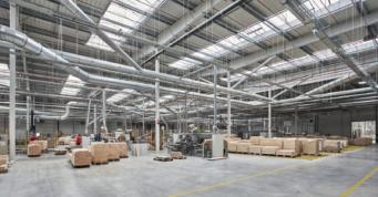 wnętrze zakładu produkcji mebli z drewna litego - hala produkcyjno-magazynowa, dla Mardom Pro, generalne wykonawstwo inwestycji CoBouw Polska, woj. mazowieckie