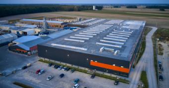 zakład produkcji mebli i karniszy drewnianych, zdjęcie z drona - zakłąd zrealizowany dla Mardom Pro, przez CoBouw Polska, w systemie generalnego wykonawstwa