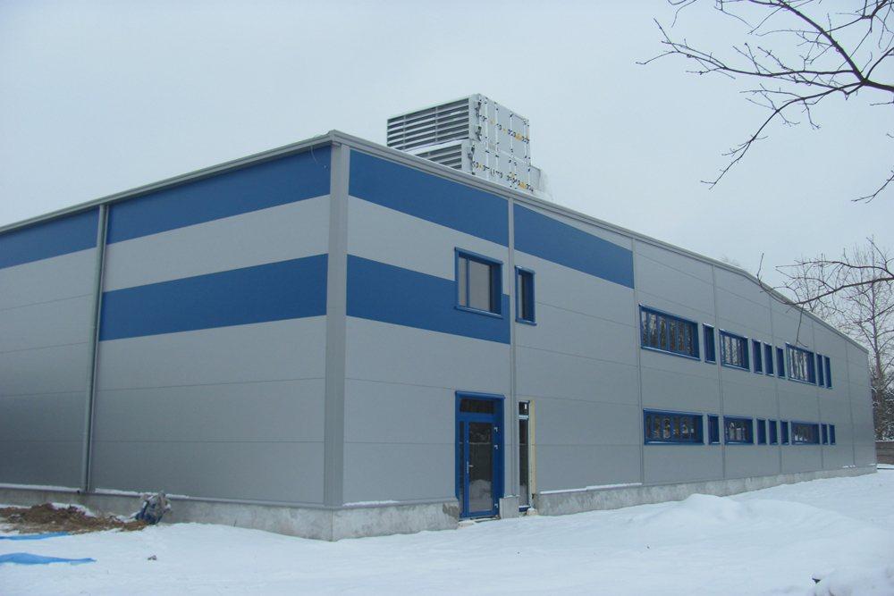 ściana frontowa podczas budowy 1 - hala produkcyjna z budynkiem biurowym, dla Meblomaster, Węgrów, woj. mazowieckie