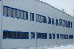 zbliżenie na część biurową - hala produkcyjna z budynkiem biurowym, dla Meblomaster, Węgrów, woj. mazowieckie