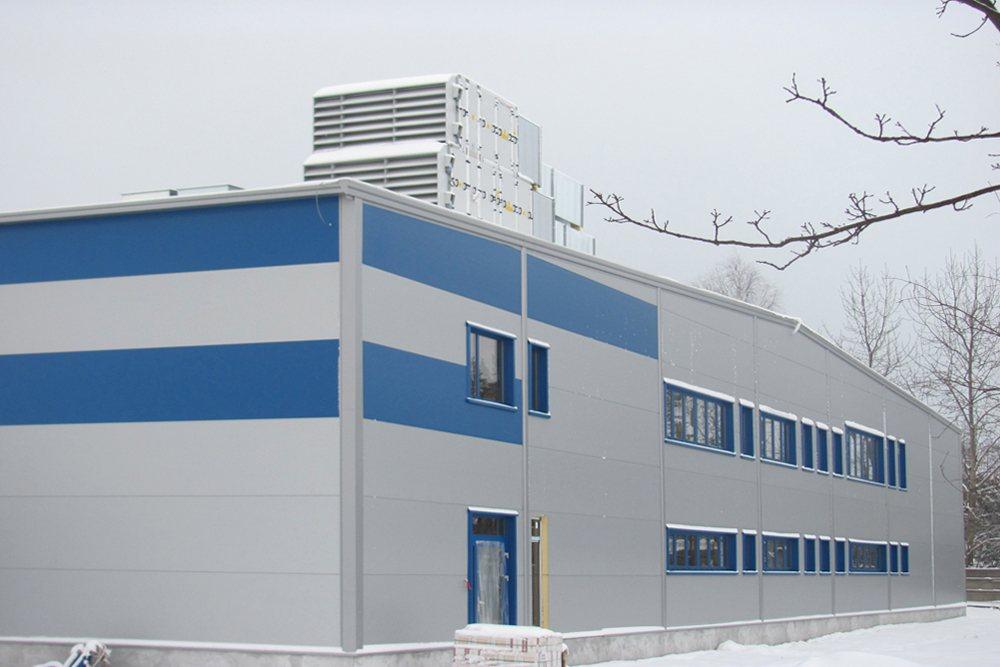ściana frontowa podczas budowy - hala produkcyjna z budynkiem biurowym, dla Meblomaster, Węgrów, woj. mazowieckie