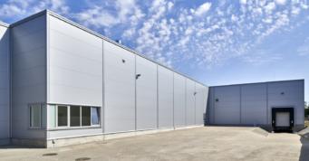 jedna z hal kompleksu produkcyjno-magazynowego - zakład produkcji mebli Meblomaster, Wegrów, woj. mazowieckie