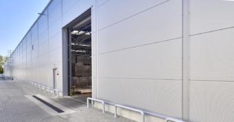 brama w części magazynowej obiektu - kolejna inwestycja dla producenta mebli, firmy Meblomaster, w Węgrowie, woj. mazowieckie