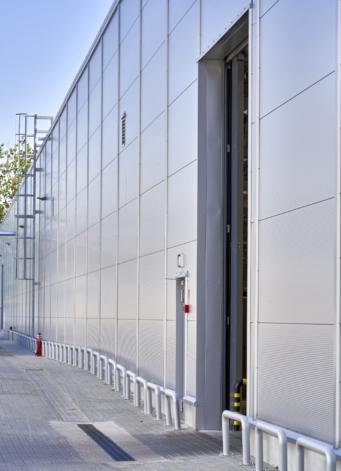 elewacja boczna hali z bramą przemysłową - piąta hala produkcji mebli, Meblomaster, inwestycja w woj. mazowieckim, projekt i budowa CoBouw Polska
