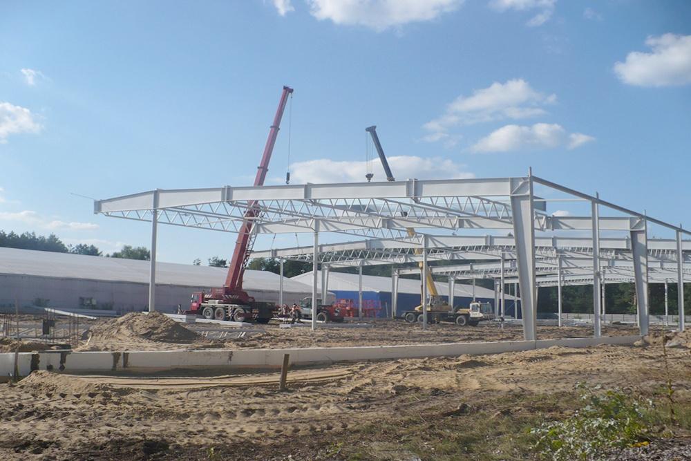 wznoszenie konstrukcji stalowej - hala produkcyjna z budynkiem biurowym, dla Meblomaster, Węgrów, woj. mazowieckie