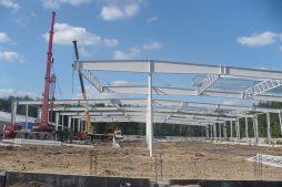 wznoszenie konstrukcji stalowej 1 - hala produkcyjna z budynkiem biurowym, dla Meblomaster, Węgrów, woj. mazowieckie
