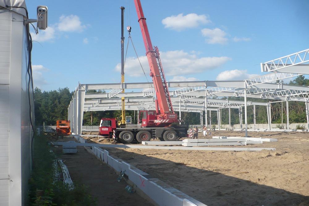 wznoszenie elementów konstrukcji stalowej - hala produkcyjna z budynkiem biurowym, dla Meblomaster, Węgrów
