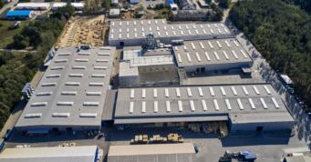 zdjęcie hal Meblomaster z drona - kompleks hal produkcyjno-magazynowych, firmy Meblomaster, zaprojektowanych i wybudowanych pod klucz, przez CoBouw Polska, w Węgrowie, woj. mazowieckie