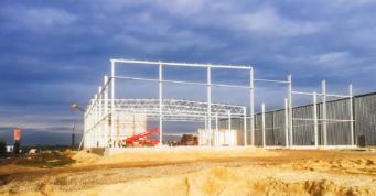 montaż konstrukcji ściany szczytowej hali - hala dla firmy Witamina, branża owocowa, projekt i budowa CoBouw Polska, w Białej Rządowej, woj. łódzkie