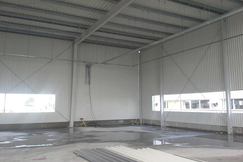wnętrze obiektu w trakcie budowy - hala produkcyjna z częścią biurową, dla Nome, Mników, woj. małopolskie
