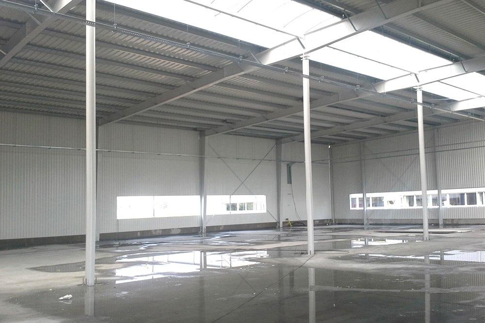 wnętrze obiektu w trakcie budowy 1 - hala produkcyjna z częścią biurową, dla Nome, Mników, woj. małopolskie