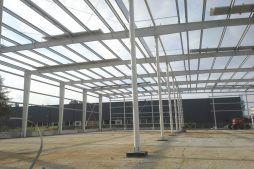 konstrukcja stalowa widziana od wewnątrz - hala produkcyjna z częścią biurową, dla Nome, Mników, woj. małopolskie