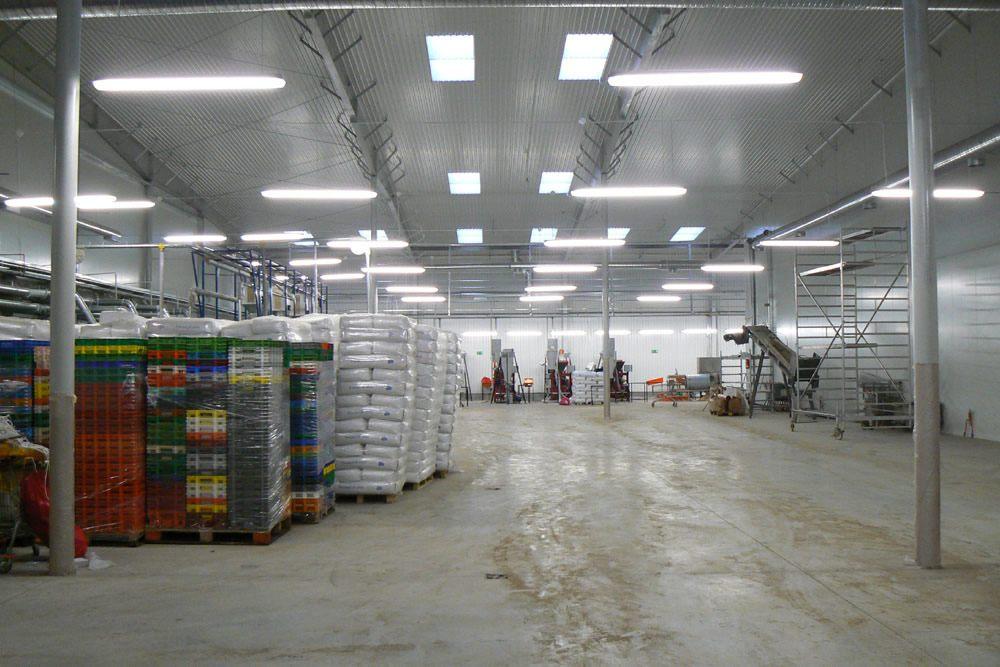 wnętrze hali- hala produkcyjno-magazynowa z budynkiem biurowym, dla Norpol, Łozienica, woj. zachodniopomorskie