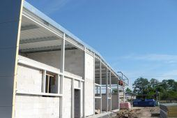 widok jednej z elewacji w trakcie budowy - hala blacharni i lakierni, dla Aves, Zduńska Wola