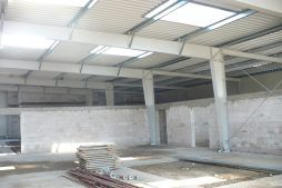 wnętrze hali w trakcie budowy - hala blacharni i lakierni, dla Aves, Zduńska Wola, woj. łódzkie