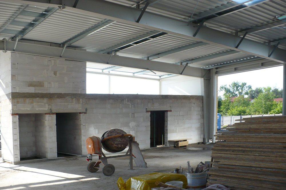 wnętrze hali w trakcie budowy 1 - hala blacharni i lakierni, dla Aves, Zduńska Wola, woj. łódzkie