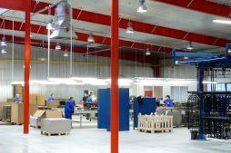 wnętrze hali 1 - hala produkcyjno-magazynowa z częścią biurową, dla Lovink, Wykroty, woj. dolnośląskie