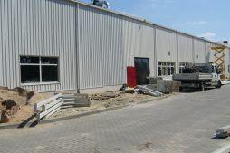 prace przed budynkiem - hala produkcyjna z częścią biurową, dla Oras, Olesno, woj. opolskie