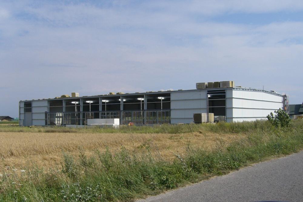 widok z oddali - hala produkcyjna z częścią biurową, dla Nome Polska, Mników, woj. małopolskie