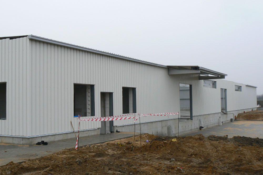 elewacja w trakcie budowy - hala produkcyjno-magazynowa, dla Deltim, Częstochowa, woj. śląskie