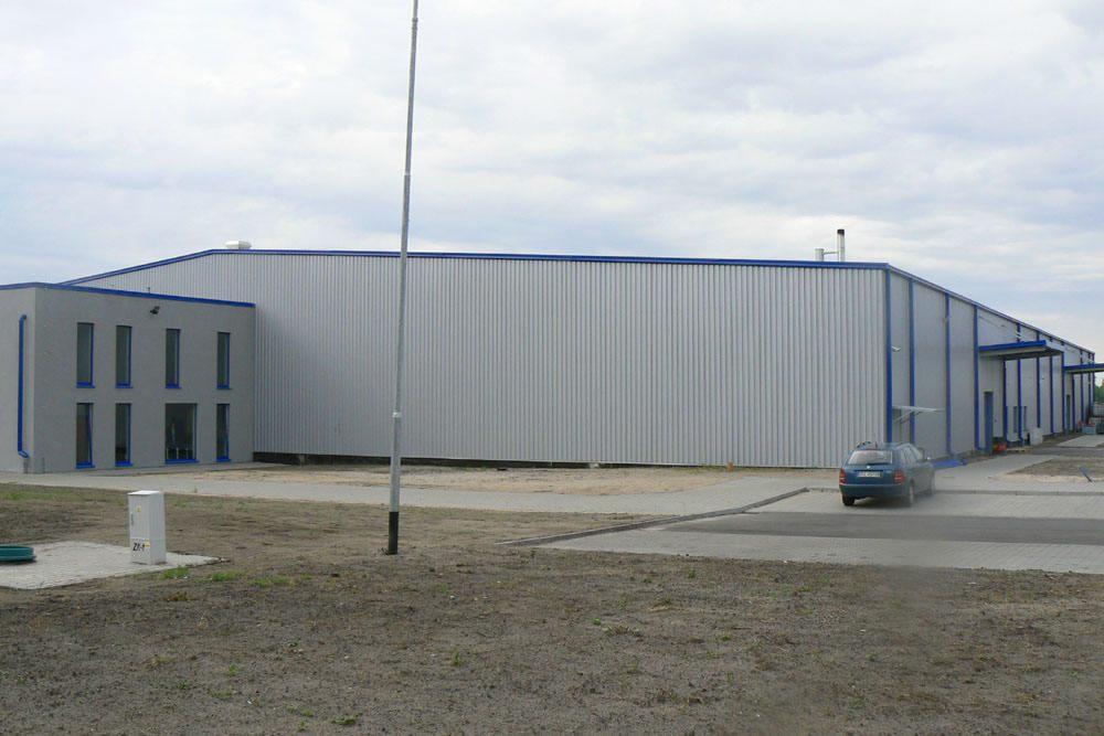 ściana boczna - hala produkcyjno-magazynowa z budynkiem biurowym, dla Norpol, Łozienica, woj. zachodniopomorskie