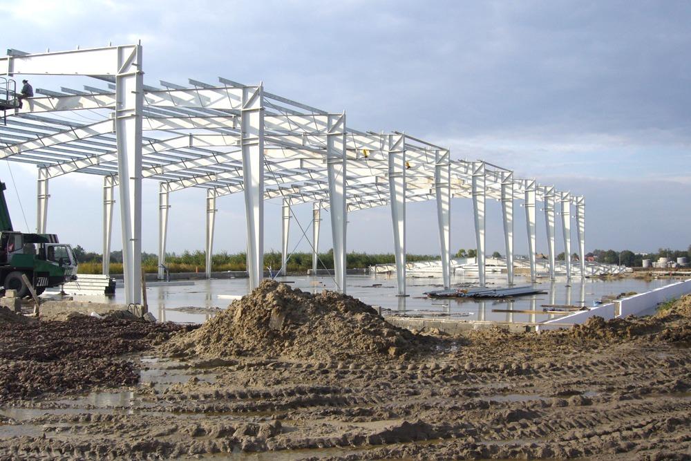 widok konstrukcji stalowej - hala produkcyjno-magazynowa z częścią biurową, dla Glass Produkt, Pyskowice, woj. śląskie