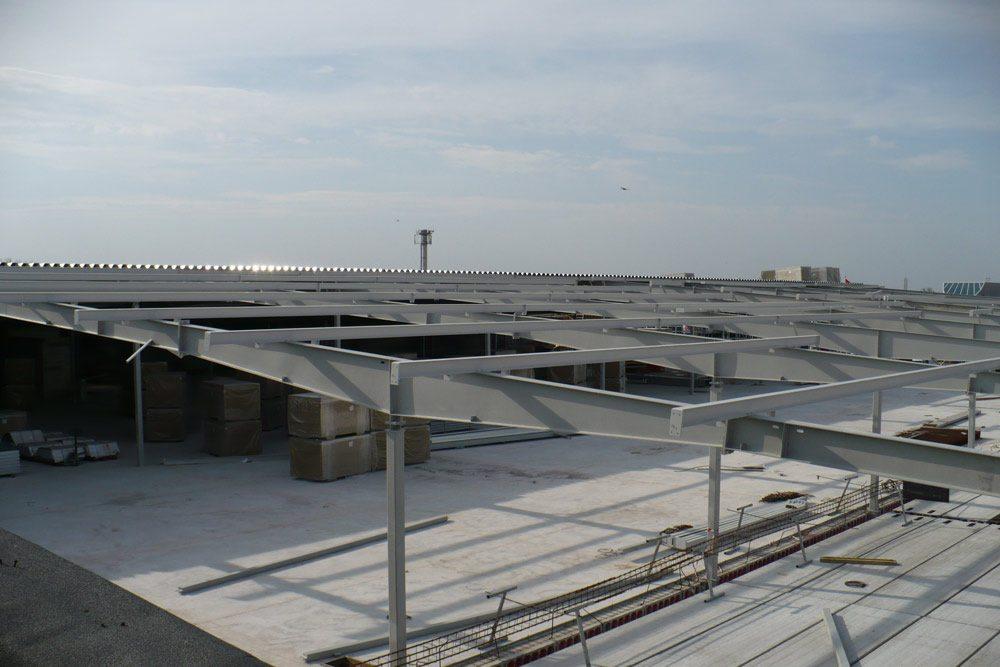 widok konstrukcji stalowej z góry - hala handlowa, dla EACC Investments, Wólka Kosowska, woj. mazowieckie