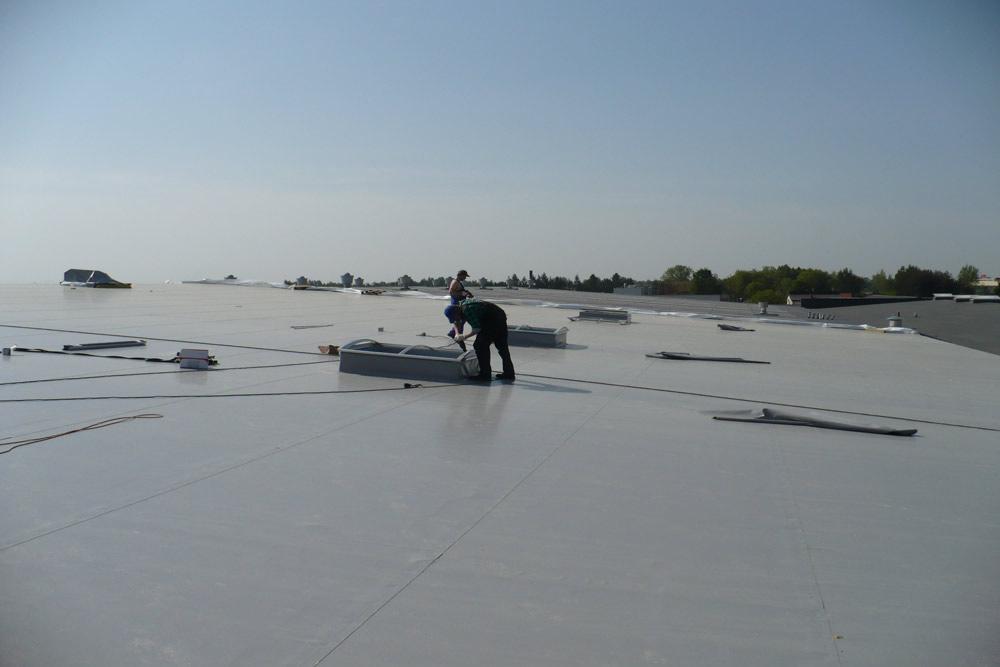 montaż świetlików dachowych - hala handlowa, dla EACC Investments, Wólka Kosowska, woj. mazowieckie