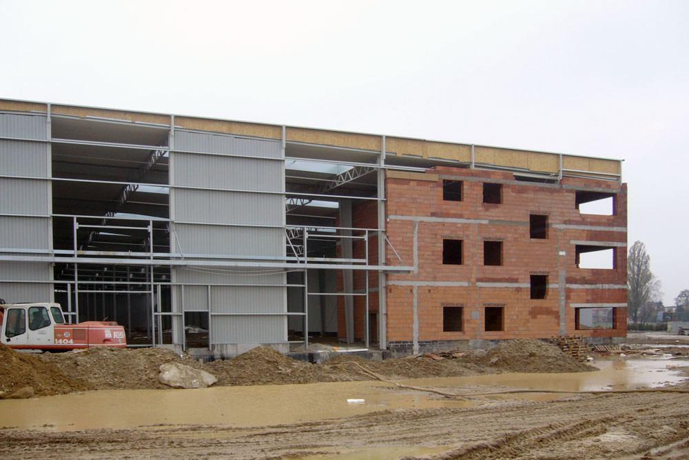 elewacja przednia w trakcie budowy - hala produkcyjna z częścią socjalną, dla Fadome, Złotniki, woj. opolskie