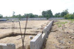 fragment muru - hala produkcyjna z zapleczem biurowym, dla OMB Grzelak & Kolczyński, Łódź, woj. łódzkie