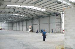 wnętrze hali w trakcie budowy - hala produkcyjno-magazynowa z częścią biurową, dla 2x3, Krzęcin, woj. zachodniopomorskie