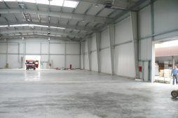 wnętrze hali w trakcie budowy 1 - hala produkcyjno-magazynowa z częścią biurową, dla 2x3, Krzęcin, woj. zachodniopomorskie
